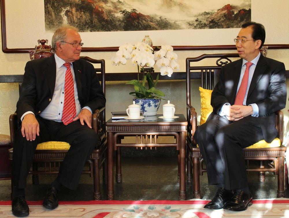 President Wu Hailong Meets with Chairman of the Charles De Gaulle Foundation Jacques Godfrain